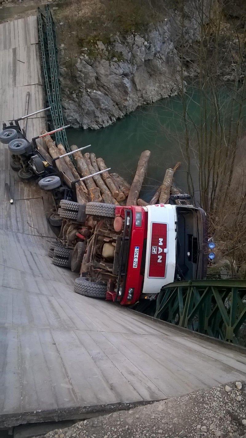 prevrnuo-se-kamion-s-balvanima-praca