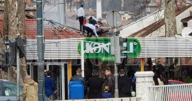 Požar na Baščaršiji: Radnici restorana s vatrogascima na krovu gasili vatru