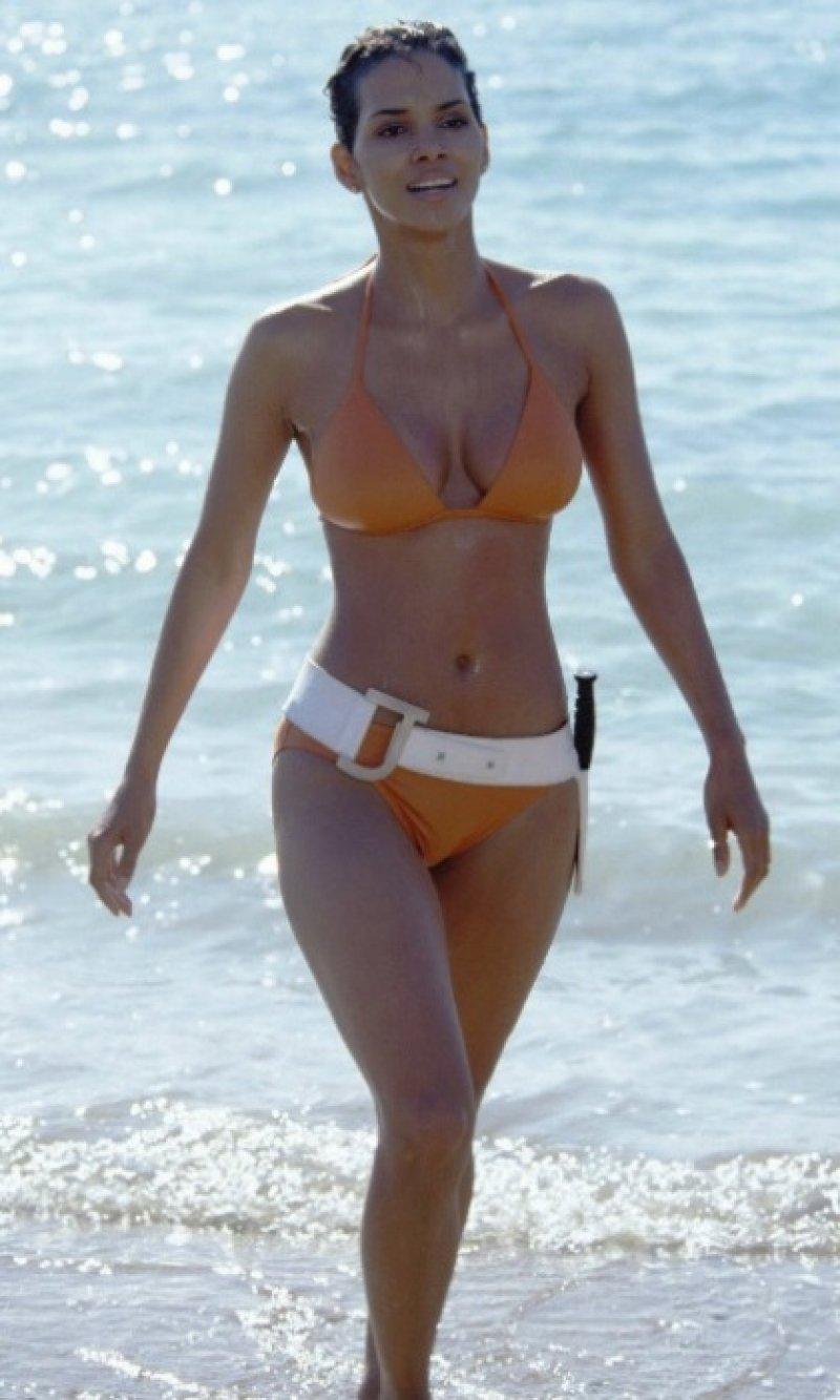 halle-berry-bikini-007-1